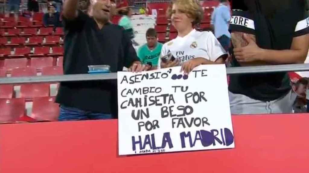Una aficiona espera para ver a Marco Asensio en Montilivi
