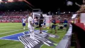 Sergio Ramos regala su camiseta a una fan en Girona