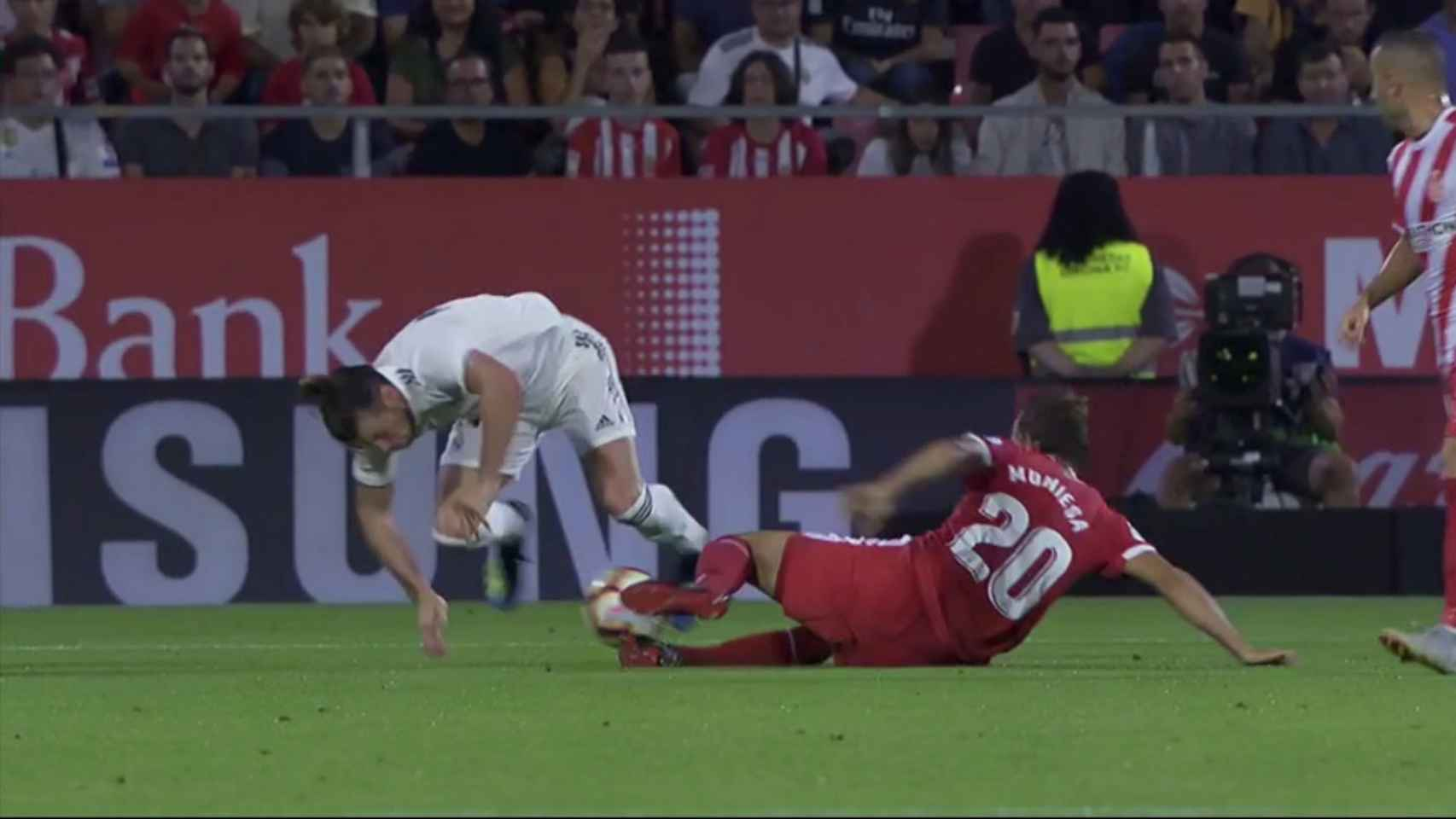Dura entrada de Muniesa a Gareth Bale