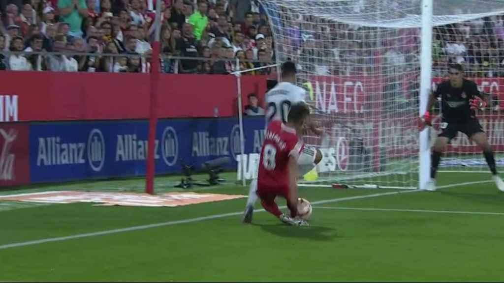 Segundo penalti del Girona sobre Marco Asensio