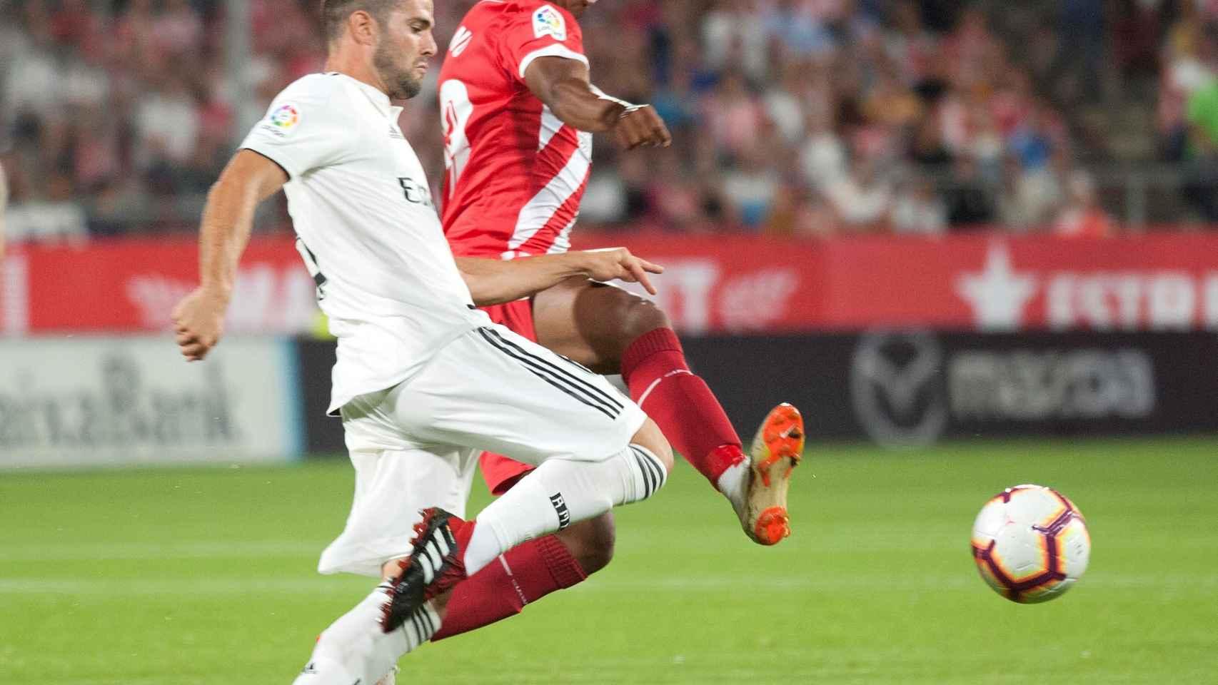 Nacho defiende un balón frente a un jugador del Girona