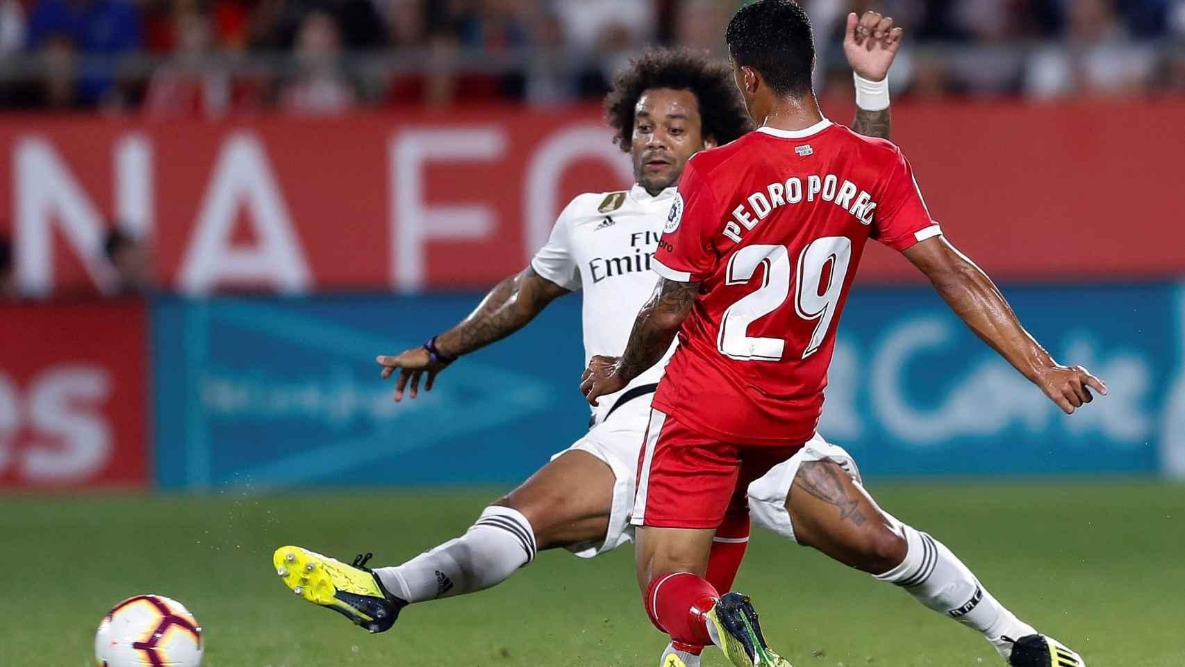 Pedro Porro y Marcelo pelean por un balón