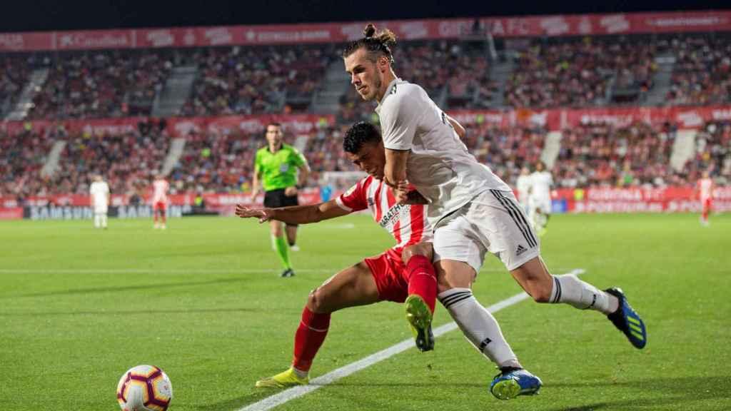 Gareth Bale pelea con balón con un jugador del Girona