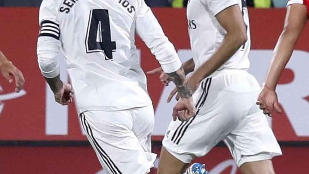 Sergio Ramos y Karim Benzema celebran el primer gol del francés en Girona