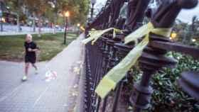Lazos amarillos en el parque de la Ciudadela de Barcelona.