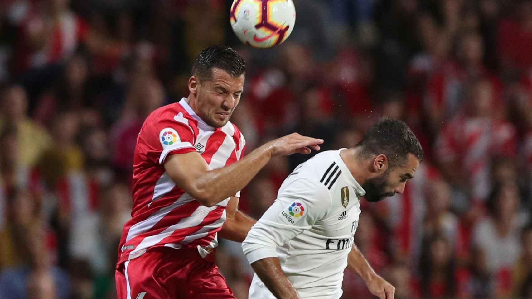 Carvajal salta para rematar un balón ante un jugador del Girona