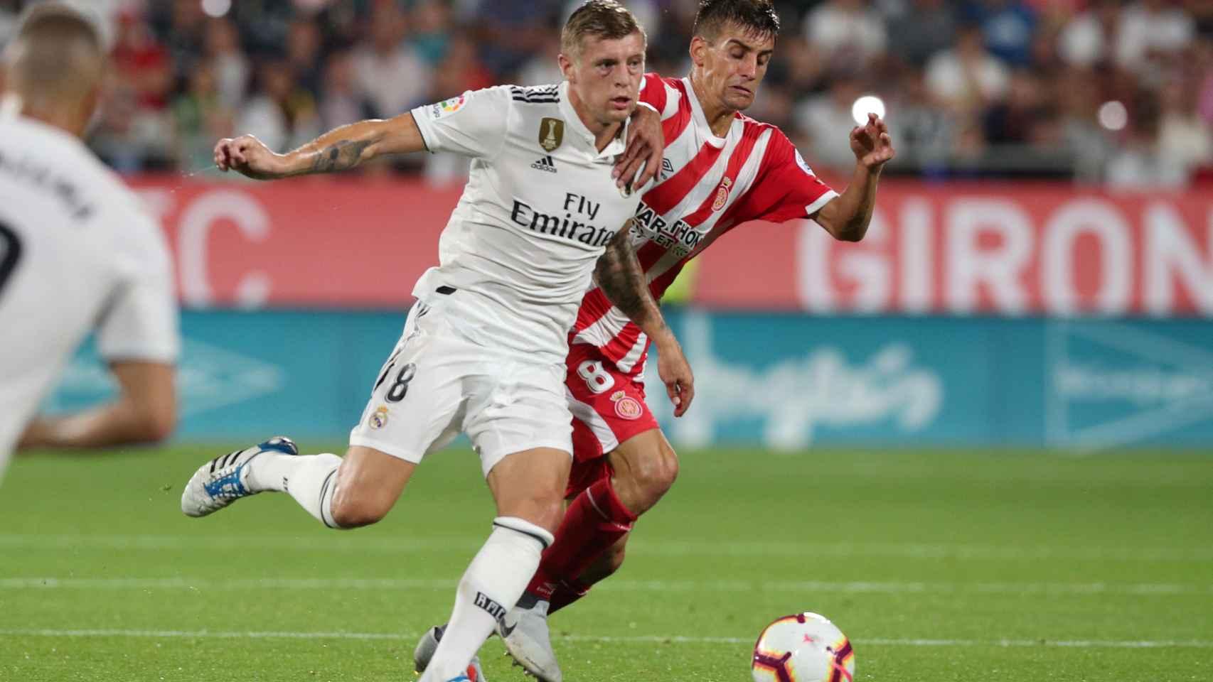 Kroos pelea contra un jugador del Girona por un balón