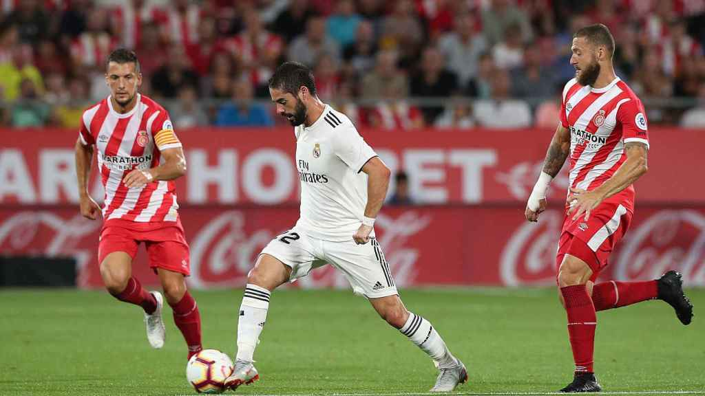 Isco Alarcón, rodeado de dos jugadores del Girona