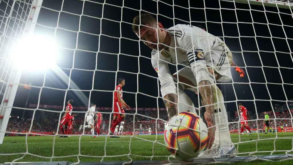Sergio Ramos recoge el balón en la red tras marcar de penalti