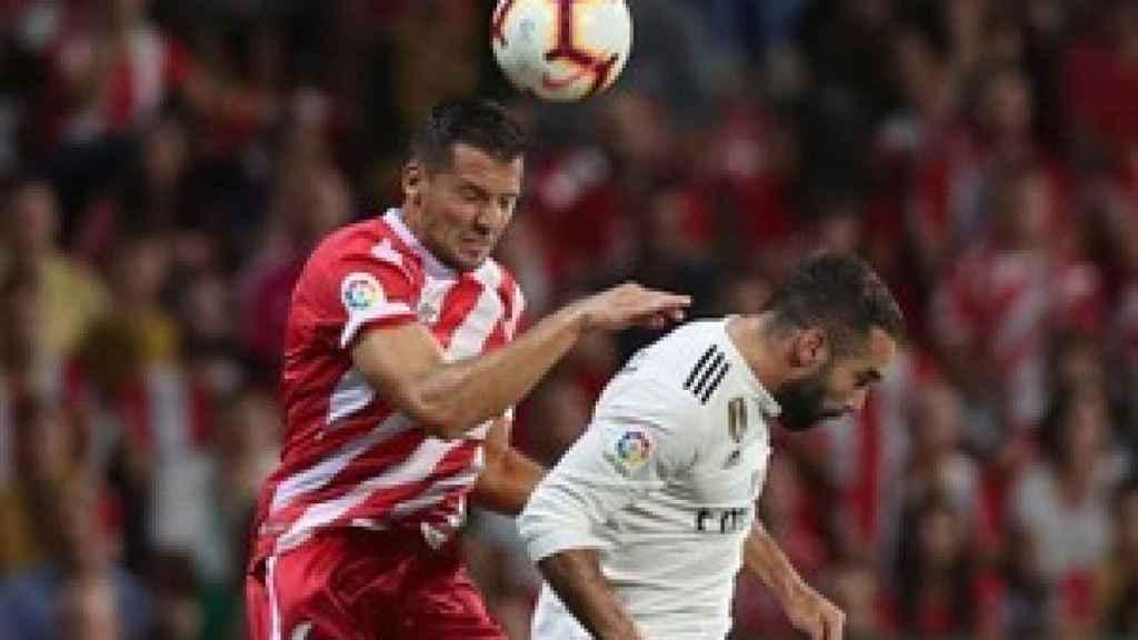 Carvajal disputa un balón aéreo con Álex Granell durante el Girona - Real Madrid