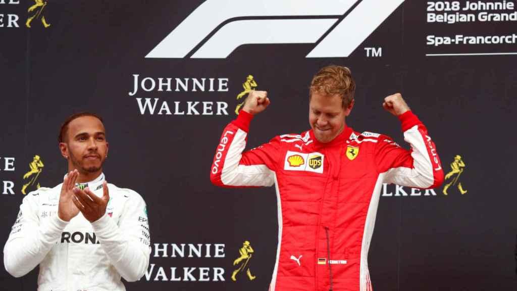 Hamilton aplaude a Vettel mientras celebra su victoria en Spa