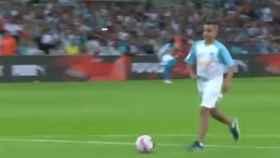 Un niño seguidor del Olympique de Marsella marca un gol