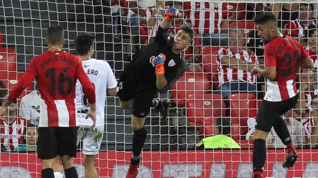 Unai Simón despeja un balón en el ATHLETIC DE BILBAO / HUESCA