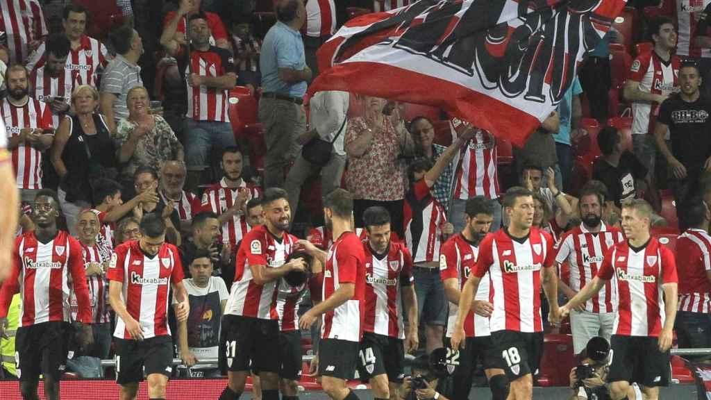 Los jugadores felicitan a Yuri por el gol en el ATHLETIC DE BILBAO / HUESCA