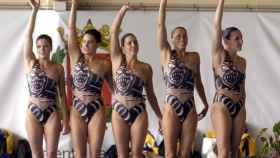 Tina Fuentes (primera a la izquierda) junto al equipo de natación sincronizada