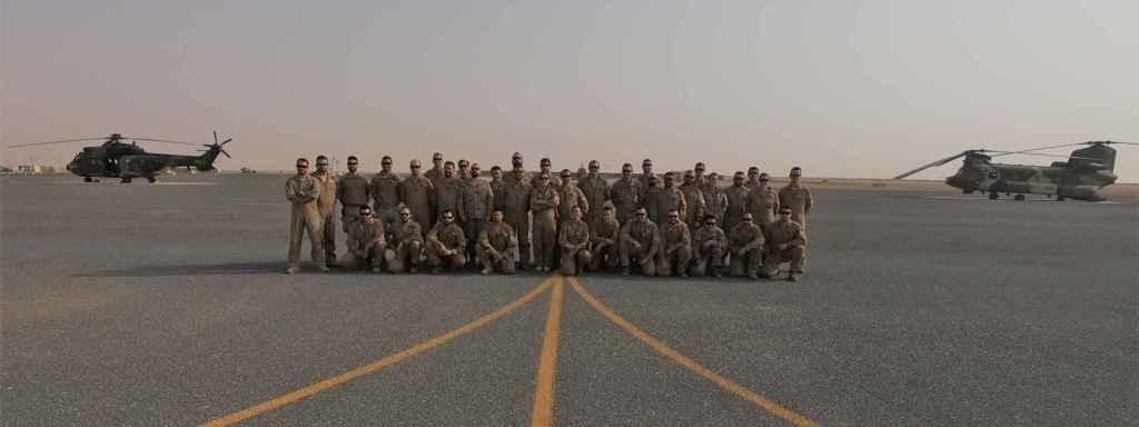 La comandante Gala Gallego posa junto a parte de sus efectivos y los helicópteros españoles en Irak.