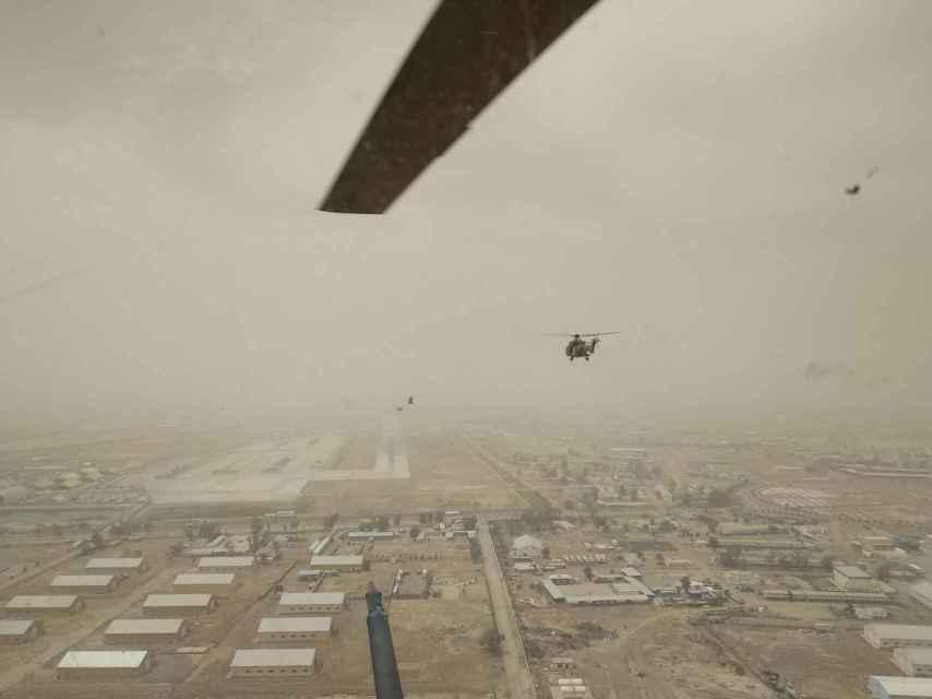 Vista desde el interior de unos de los helicópteros españoles sobrevolando Irak.