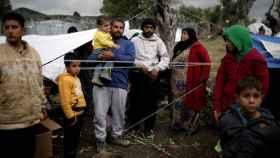 Un grupo de refugiados en el campo Moria.