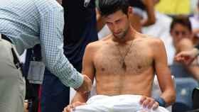 Djokovic, siendo atendido durante su partido de primera ronda en Nueva York.