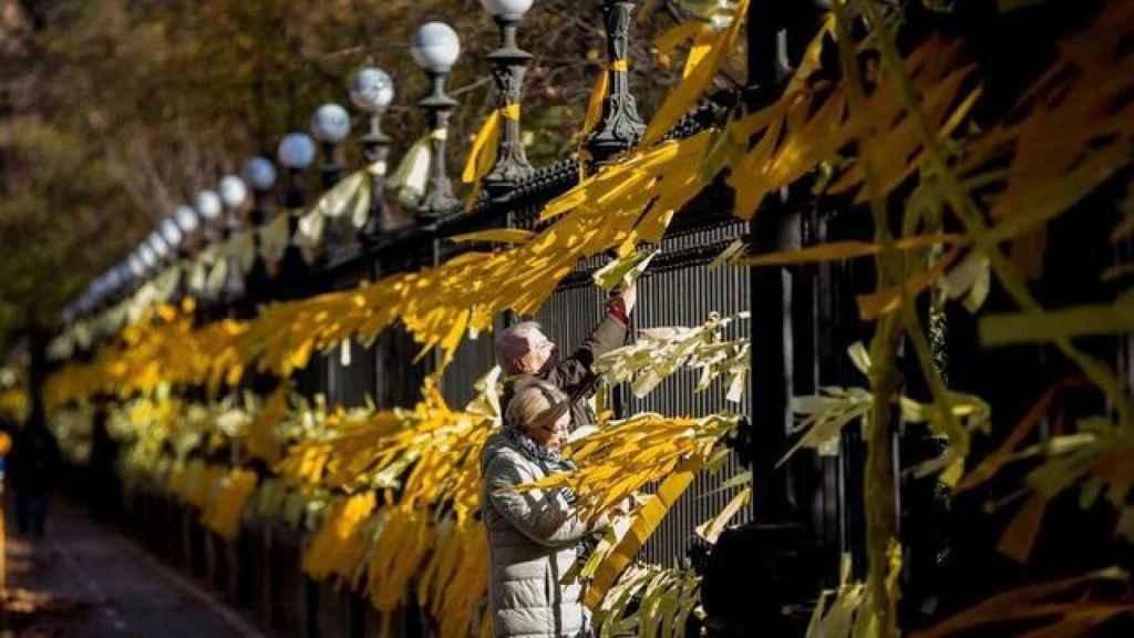 Lazos amarillos en el parque de la Ciutadella de Barcelona