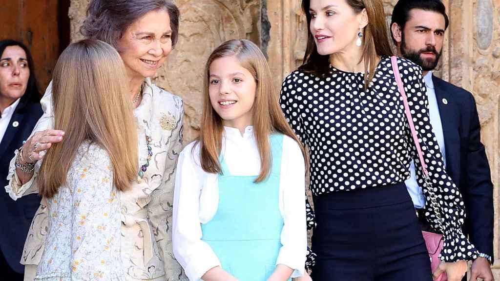 La reina Letizia, la emérita Sofía y las infantas en Palma de Mallorca.