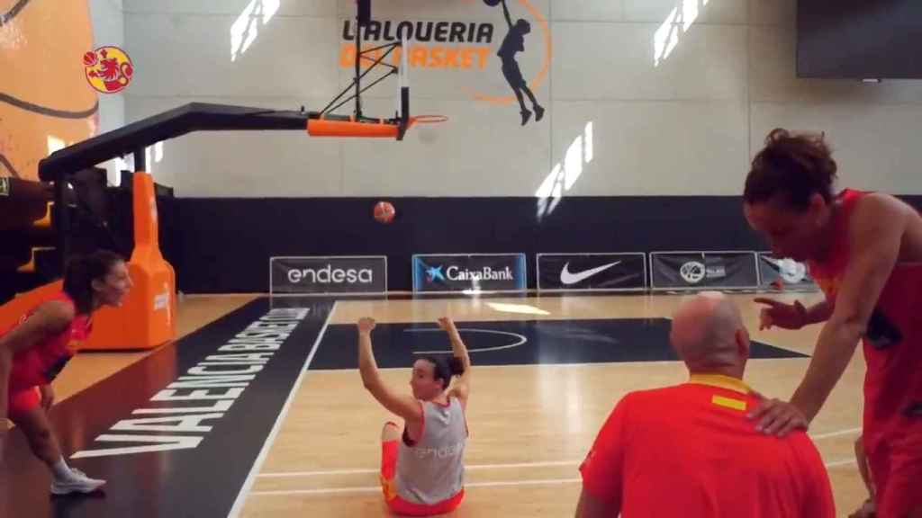 Silvia Domínguez anota un increíble triple. Foto: Twitter (@baloncestofeb)