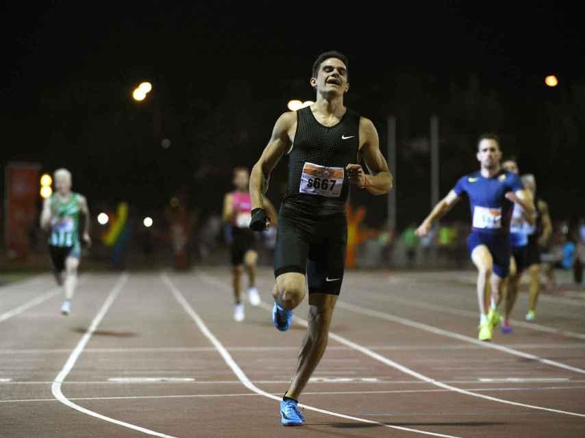 Hortelano cruza la meta en la carrera de 200m, donde registró un crono de 20.56s