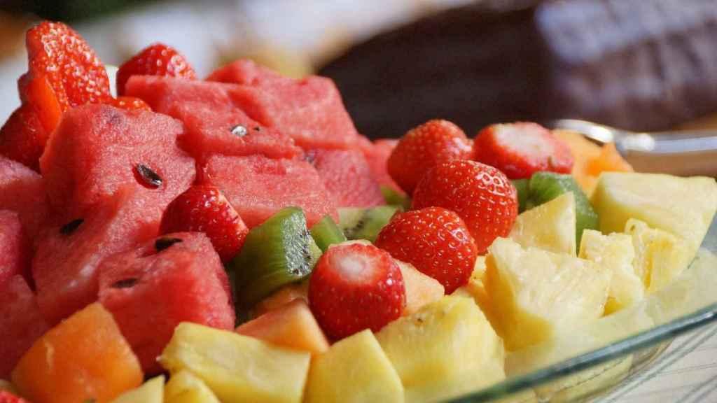 Un plato de fruta listo para ser devorado como si no hubiera un mañana.