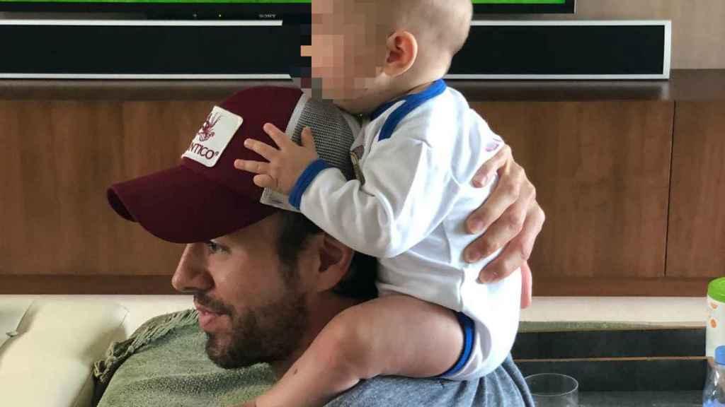 Enrique Iglesias junto a uno de sus hijos, en una foto de Instagram.