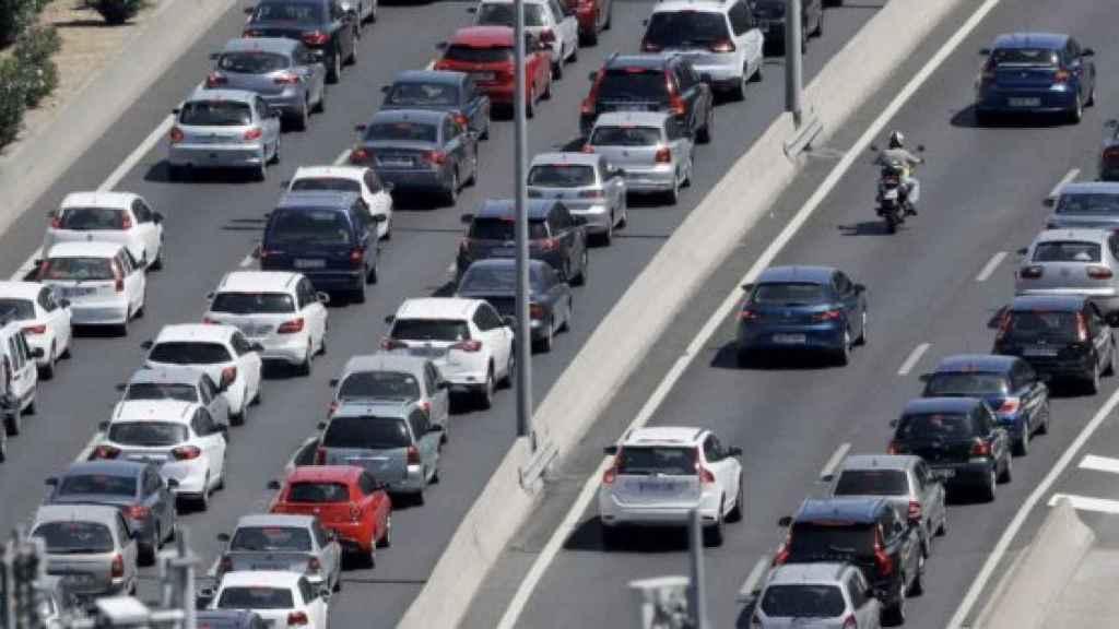 Imagen de archivo de una carretera plagada de coches.
