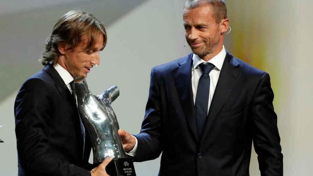 Luka Modric recoge el premio de mejor jugador del año de la UEFA