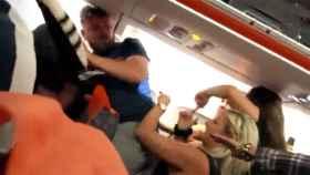 Pelea a bordo de un avión en Ibiza por una pasajera que enseñó sus pechos