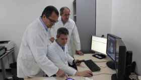 Médicos del Hospital Fundación Jiménez Díaz observan una ecografía en una tableta.