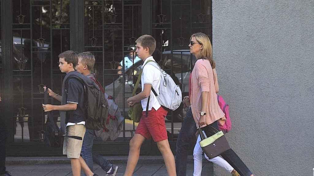 La infanta Cristina y sus hijos a las puertas de su colegio en Ginebra.