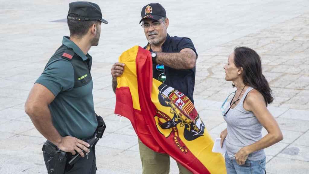 La Guardia Civil incauta una bandera del régimen a uno de los asistentes.