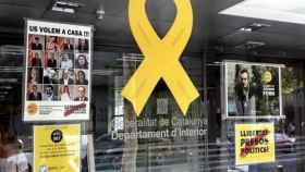 Lazo amarillo y carteles a la entrada del Departamento de Interior.