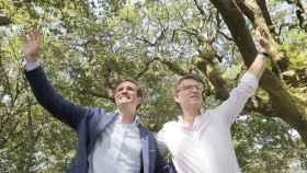 Pablo Casado y  Alberto Núñez Feijoo saludan al comienzo del acto celebrado en la Carballeira de San Xusto (Pontevedra).