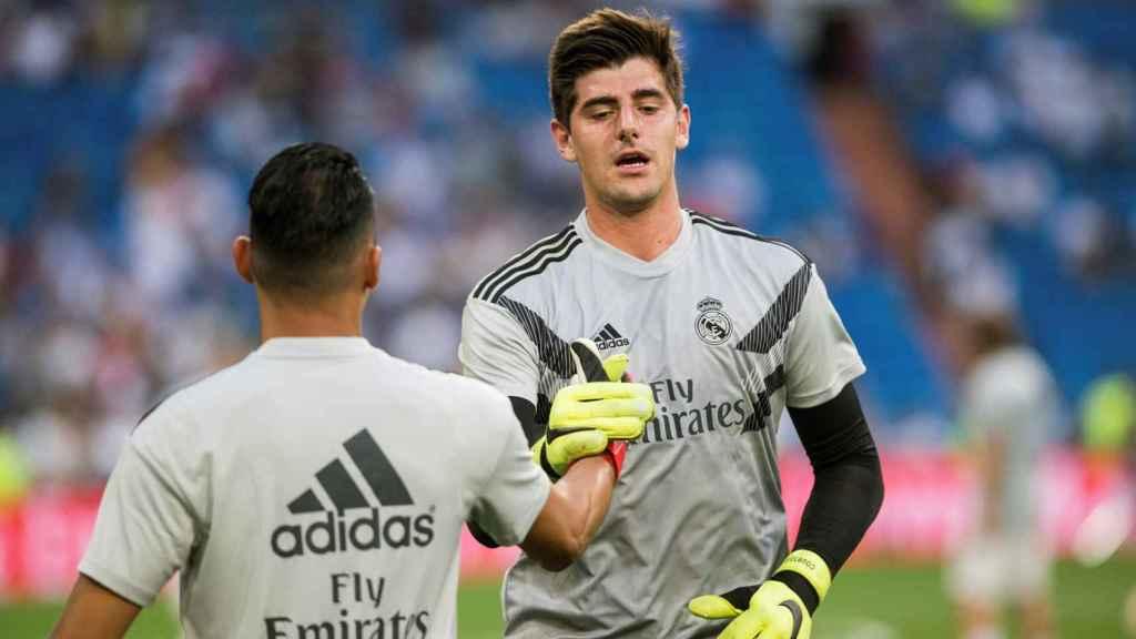 Courtois y Keylor Navas calientan en el Santiago Bernabéu
