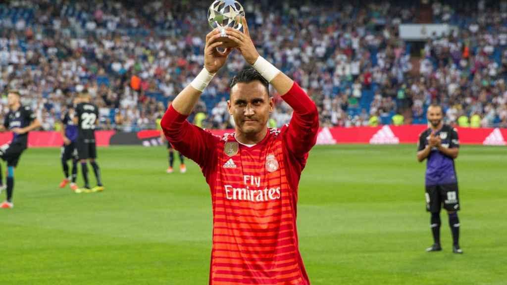 Keylor Navas ofrece al Santiago Bernabéu su premio UEFA