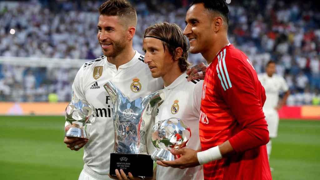 Ramos, Modric y Keylor ofrecen sus premios UEFA a la afición
