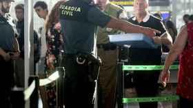 Control de equipajes y pasajeros en un aeropuerto español./