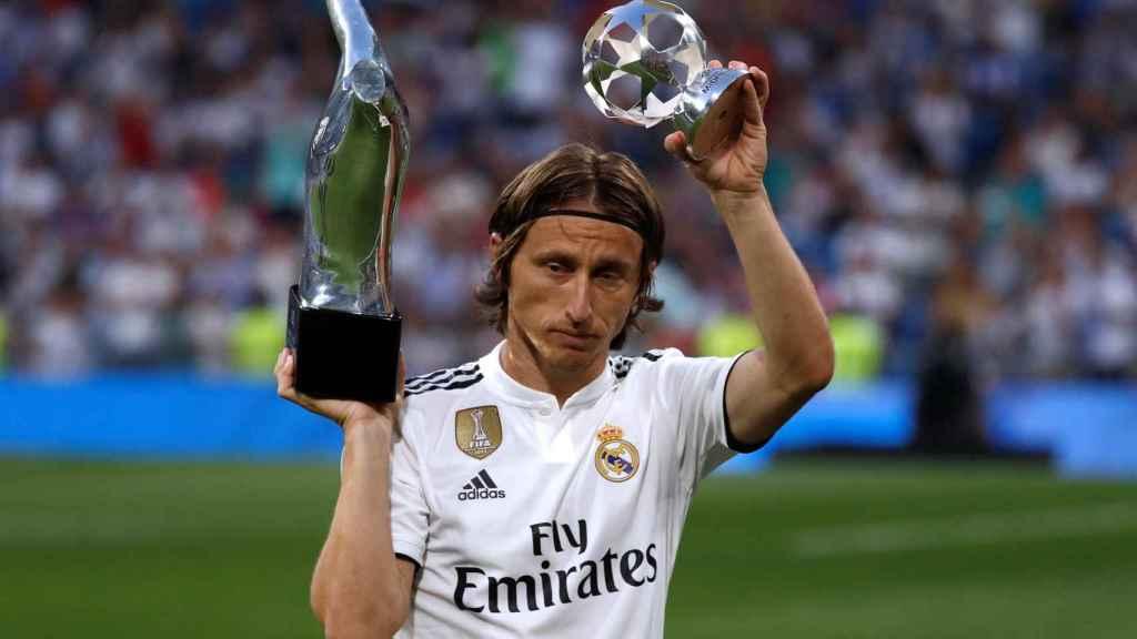 Modric ofrece al Santiago Bernabéu sus premios UEFA