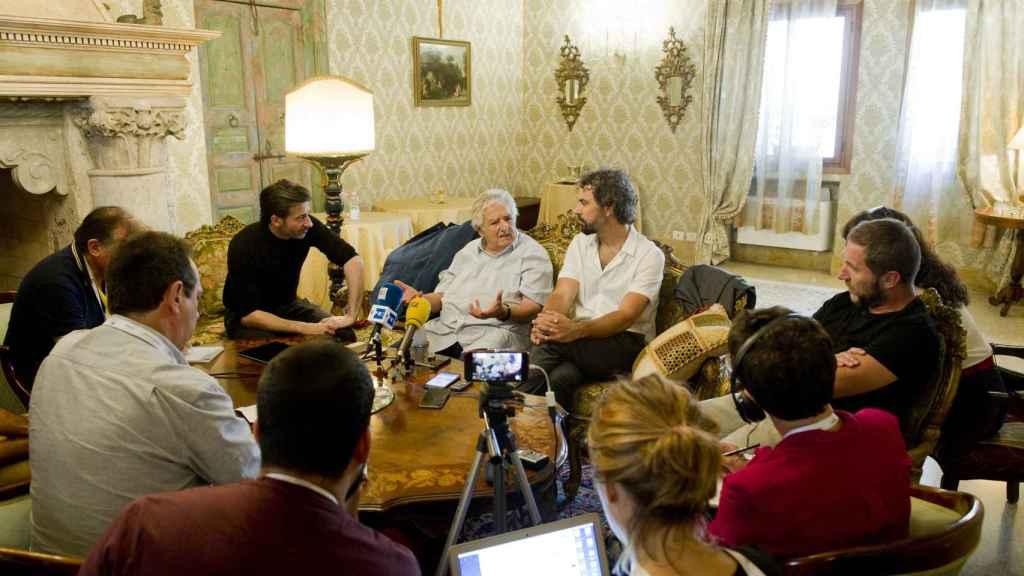 José Mujica atiende a la prensa española.