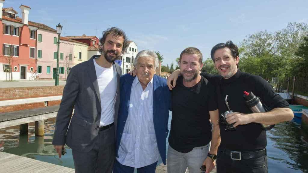 El equipo de La noche de 12 años recibe a Mujica.