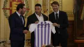 Ronaldo Nazario posando con la camiseta del Valladolid. Foto: Twitter. (@realvalladolid)