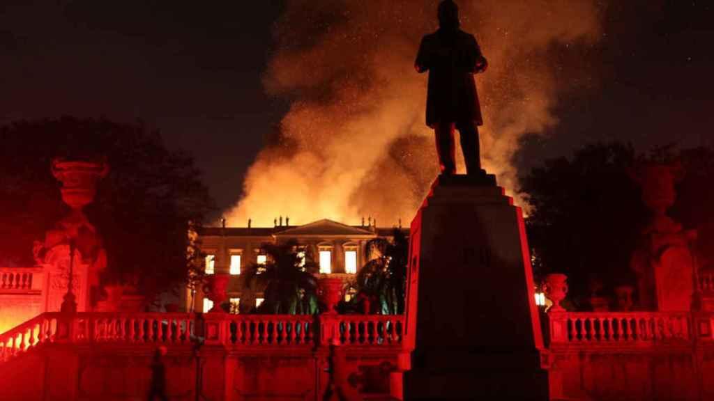 Bomberos intentan extinguir un incendio en el Museo Nacional de Brasil en Río de Janeiro, Brasil.