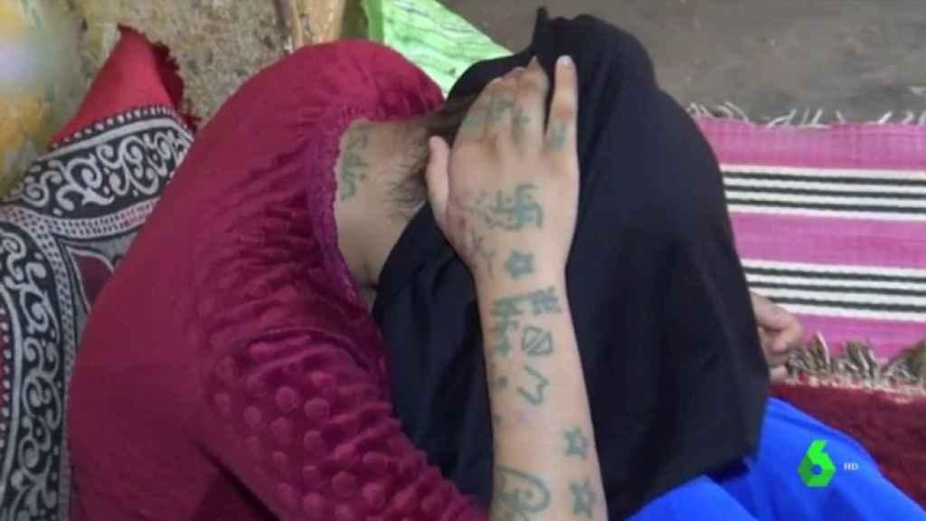 Khadija muestra los tatuajes que le hicieron sus captores
