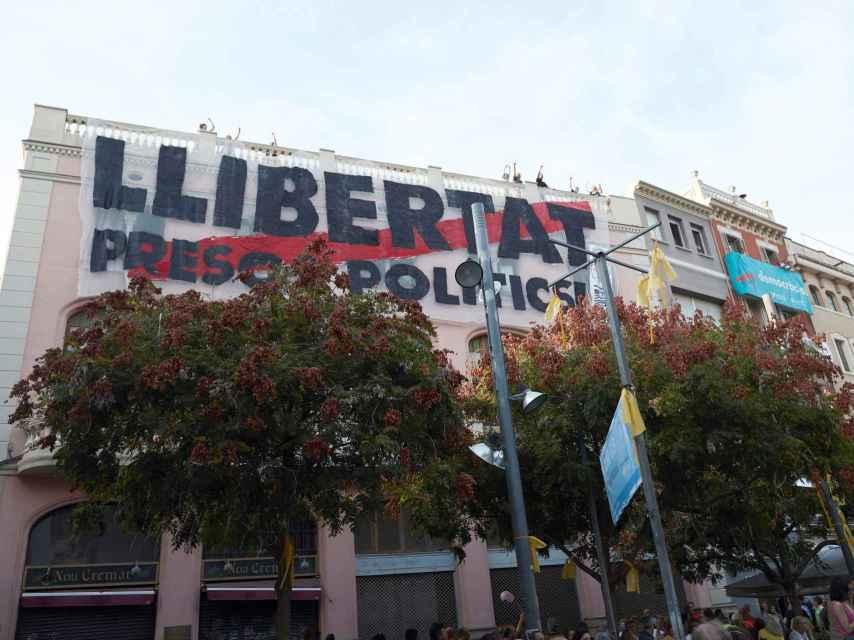 Una pancarta en Terrassa reclamando la libertad de los políticos presos.
