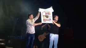 Andy y Lucas enseñan una camiseta en la que ya no aparece le niño Gabriel.
