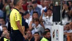 Jaime Latre acude al VAR para revisar una jugada del Real Madrid - Getafe